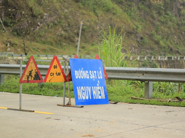 Cận cảnh những tảng đá nặng hơn trăm tấn sạt lở ở Kon Tum ảnh 1