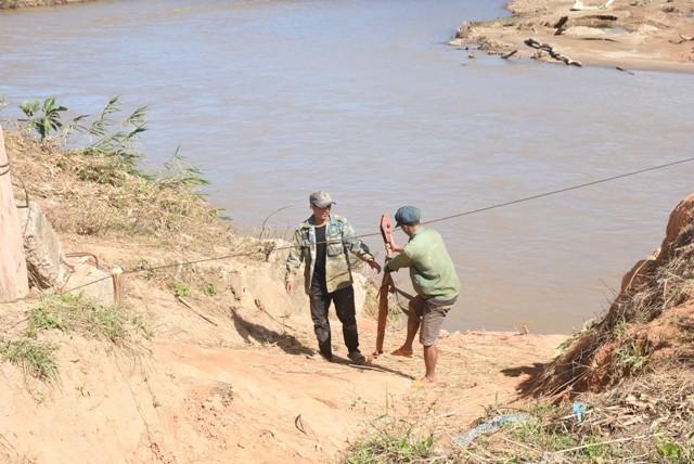 Những người dân 'làm xiếc' đu dây qua sông Pô Cô mưu sinh ảnh 5