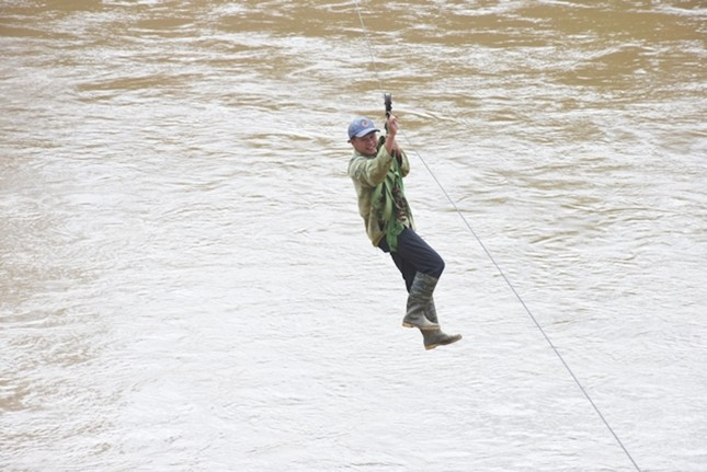 Những người dân 'làm xiếc' đu dây qua sông Pô Cô mưu sinh ảnh 7