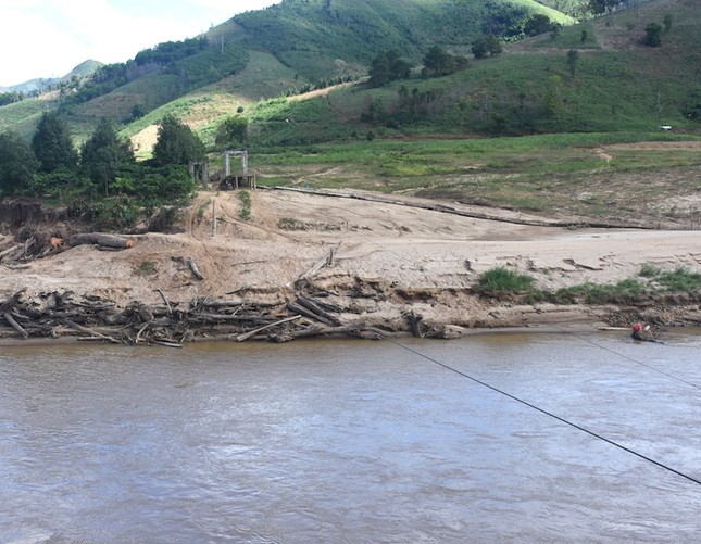 Những người dân 'làm xiếc' đu dây qua sông Pô Cô mưu sinh ảnh 2
