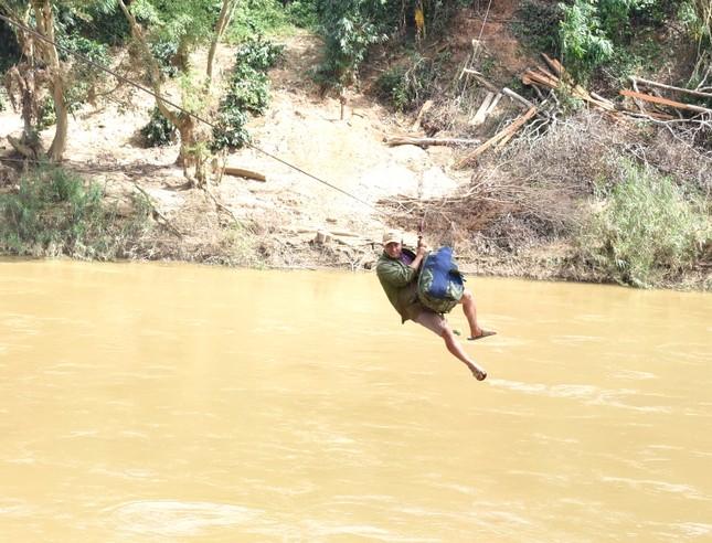 Những người dân 'làm xiếc' đu dây qua sông Pô Cô mưu sinh ảnh 6