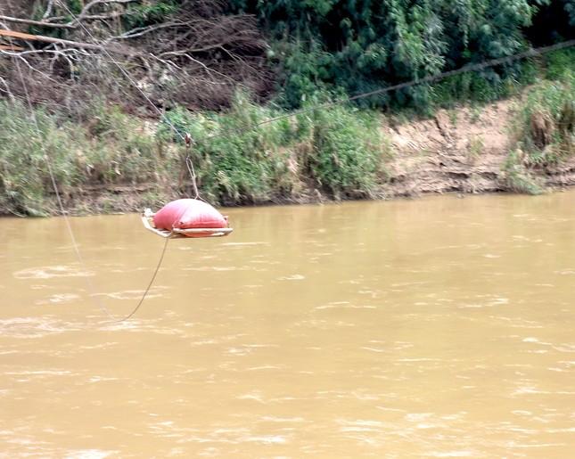 Những người dân 'làm xiếc' đu dây qua sông Pô Cô mưu sinh ảnh 10