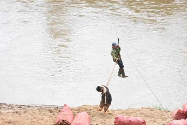 Những người dân 'làm xiếc' đu dây qua sông Pô Cô mưu sinh ảnh 8