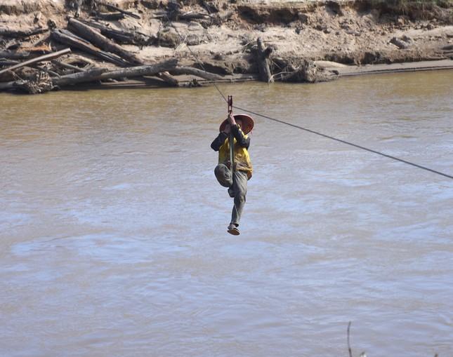 Những người dân 'làm xiếc' đu dây qua sông Pô Cô mưu sinh ảnh 1