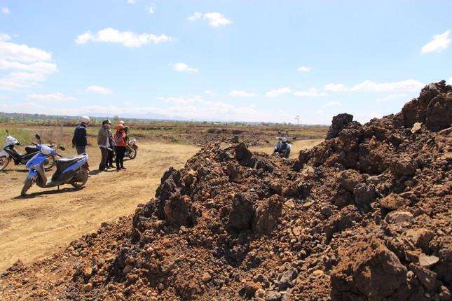 Cận cảnh mỏ đá trái phép khổng lồ gần trụ sở UBND xã ảnh 12