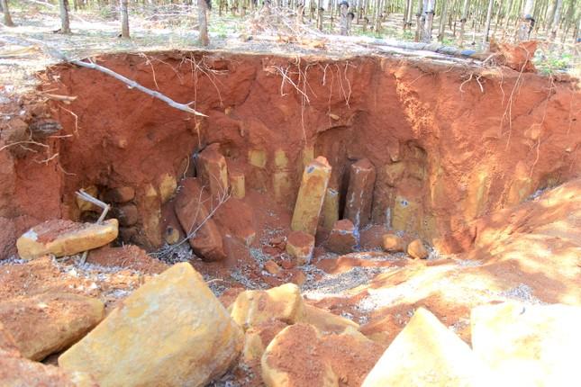 Cận cảnh mỏ đá trái phép khổng lồ gần trụ sở UBND xã ảnh 8