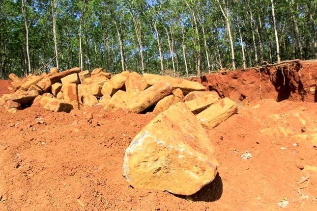 Cận cảnh mỏ đá trái phép khổng lồ gần trụ sở UBND xã ảnh 3