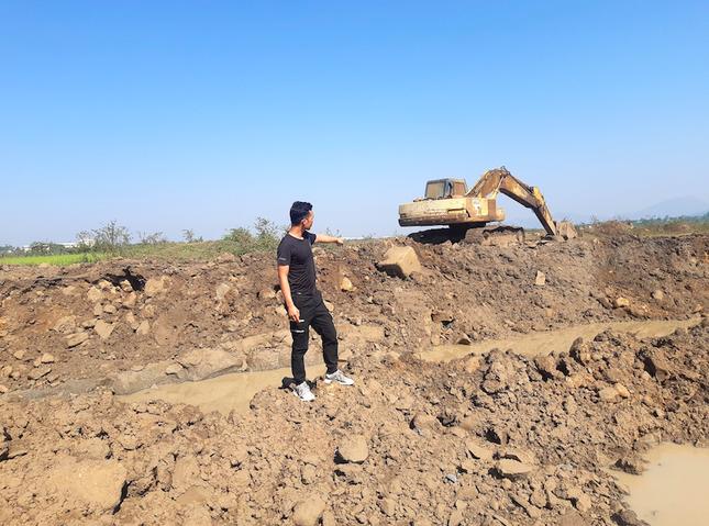 Cận cảnh mỏ đá trái phép khổng lồ gần trụ sở UBND xã ảnh 11