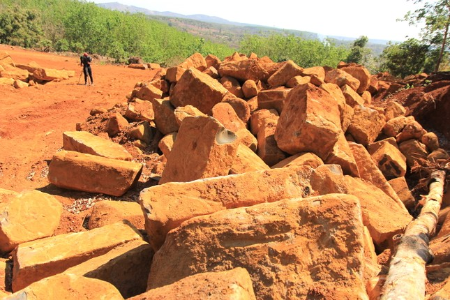 Cận cảnh mỏ đá trái phép khổng lồ gần trụ sở UBND xã ảnh 6