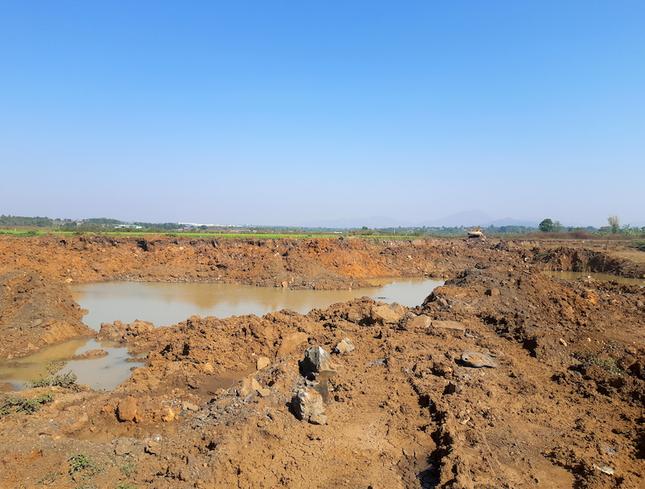 Cận cảnh mỏ đá trái phép khổng lồ gần trụ sở UBND xã ảnh 9