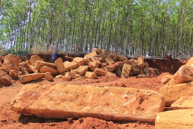Cận cảnh mỏ đá trái phép khổng lồ gần trụ sở UBND xã ảnh 4
