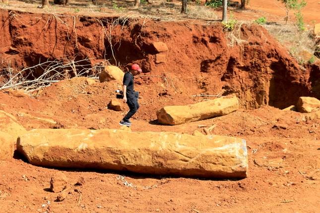 Cận cảnh mỏ đá trái phép khổng lồ gần trụ sở UBND xã ảnh 5