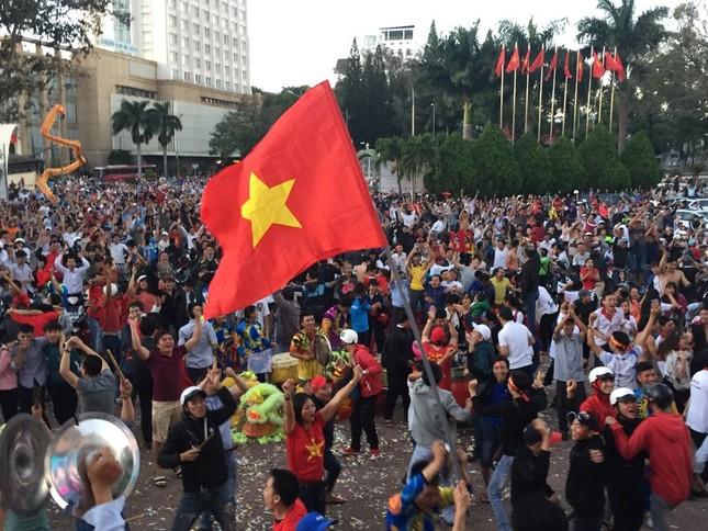 Mừng kỳ tích U23 Việt: CĐV đổ ra đường, ngã 6 Buôn Ma Thuột kẹt cứng ảnh 2