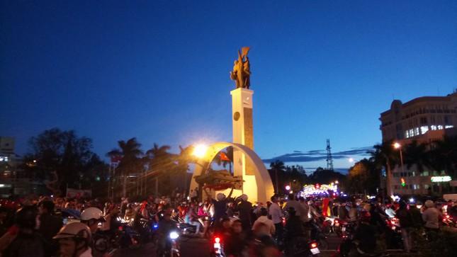 Mừng kỳ tích U23 Việt: CĐV đổ ra đường, ngã 6 Buôn Ma Thuột kẹt cứng ảnh 1