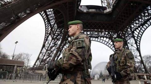 Nghi can 18 tuổi vụ thảm sát tòa soạn Pháp đầu hàng ảnh 8