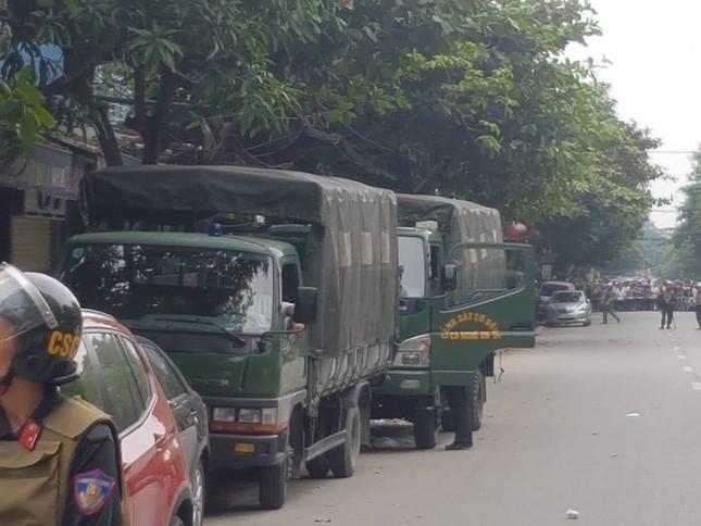 Gần 100 cảnh sát bao vây đối tượng mang hàng nóng tử thủ ảnh 1