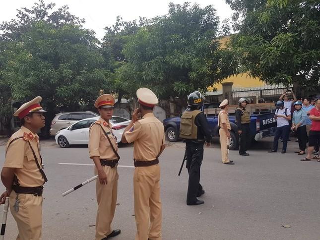 Gần 100 cảnh sát bao vây đối tượng mang hàng nóng tử thủ ảnh 2