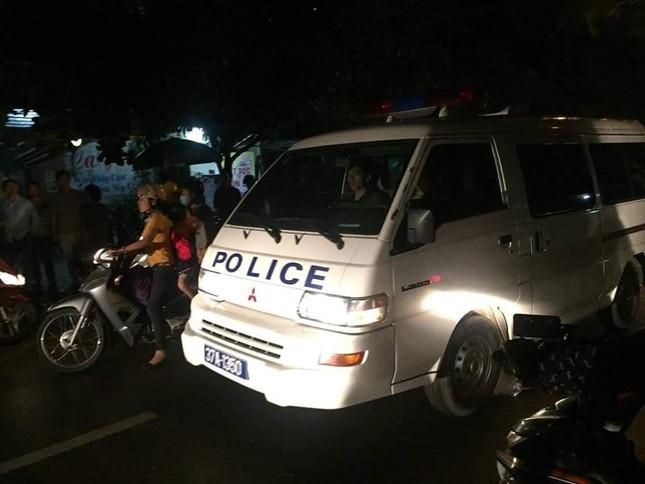 Gần 100 cảnh sát bao vây đối tượng mang hàng nóng tử thủ ảnh 8