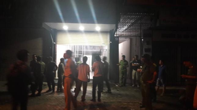 Gần 100 cảnh sát bao vây đối tượng mang hàng nóng tử thủ ảnh 7