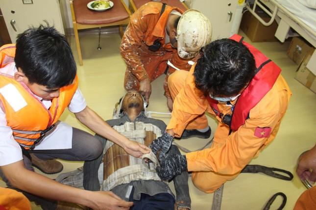Cứu thuyền viên Myanmar bị thương nặng trên biển ảnh 1