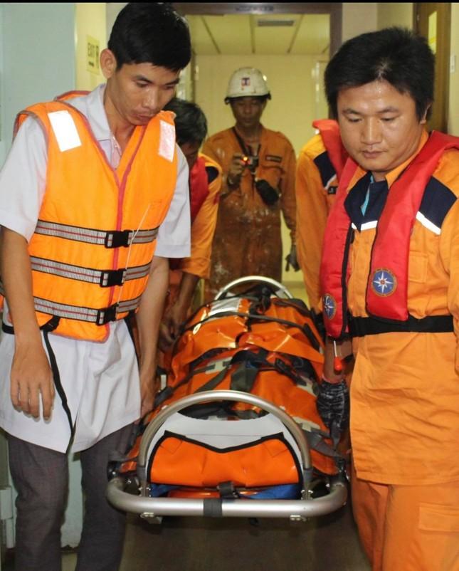 Cứu thuyền viên Myanmar bị thương nặng trên biển ảnh 3