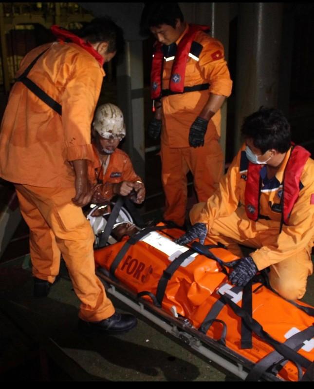 Cứu thuyền viên Myanmar bị thương nặng trên biển ảnh 2