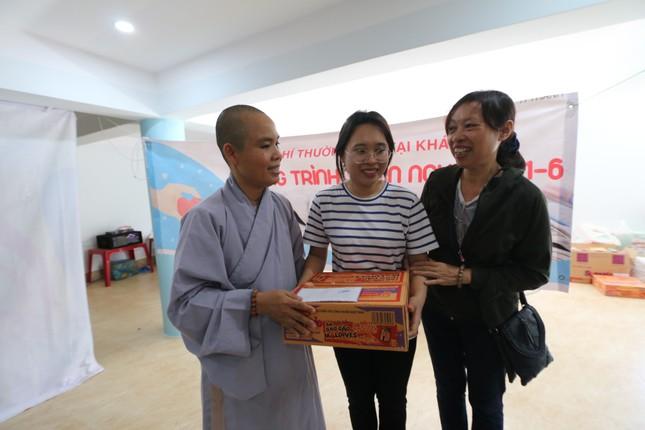 Báo chí thường trú Khánh Hòa tặng quà trẻ em cơ nhỡ, người già neo đơn ảnh 2