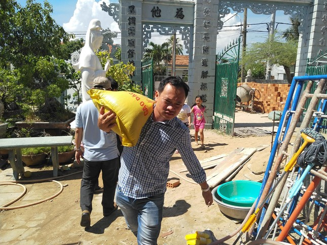 Báo chí thường trú Khánh Hòa tặng quà trẻ em cơ nhỡ, người già neo đơn ảnh 8
