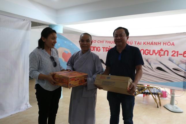 Báo chí thường trú Khánh Hòa tặng quà trẻ em cơ nhỡ, người già neo đơn ảnh 1