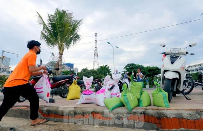 Dân Nha Trang ra biển xúc cát về chống bão ảnh 3