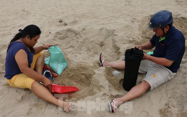 Dân Nha Trang ra biển xúc cát về chống bão ảnh 2
