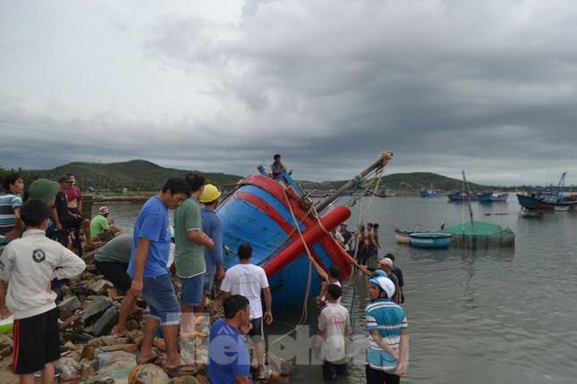 Phú Yên: 32 tàu thuyền bị sóng đánh chìm khi bão đổ bộ ảnh 1