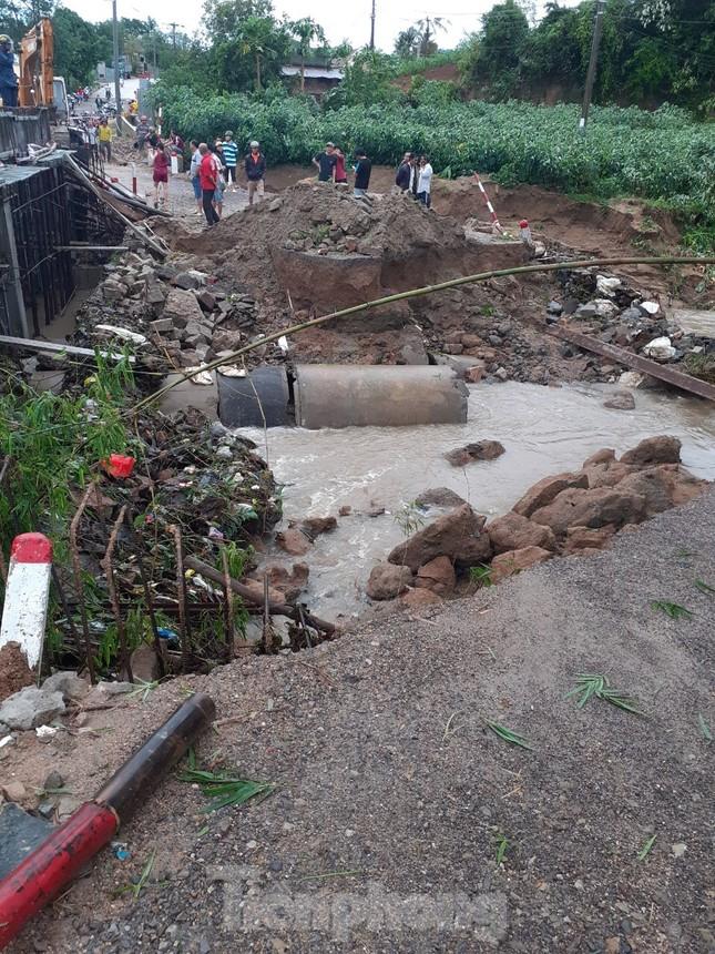 Phú Yên: 32 tàu thuyền bị sóng đánh chìm khi bão đổ bộ ảnh 5