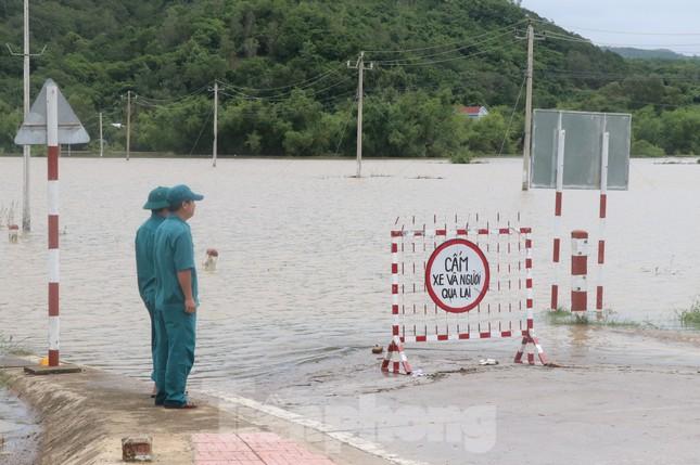 Phú Yên: 32 tàu thuyền bị sóng đánh chìm khi bão đổ bộ ảnh 2