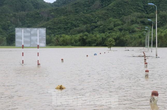 Phú Yên: 32 tàu thuyền bị sóng đánh chìm khi bão đổ bộ ảnh 3