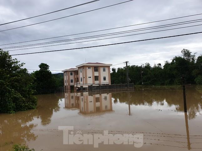 Phú Yên: 32 tàu thuyền bị sóng đánh chìm khi bão đổ bộ ảnh 4