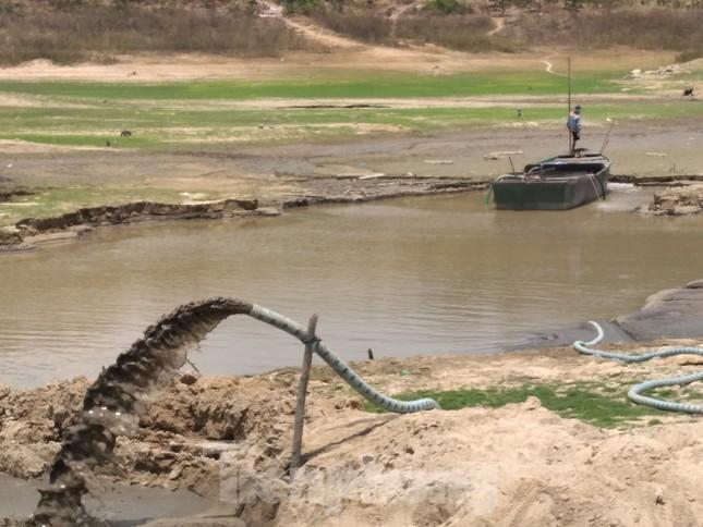 Cán bộ hồ thuỷ lợi bị hăm doạ khi kiểm tra 'cát tặc, đất tặc' ảnh 1