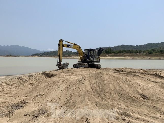 Cán bộ hồ thuỷ lợi bị hăm doạ khi kiểm tra 'cát tặc, đất tặc' ảnh 2