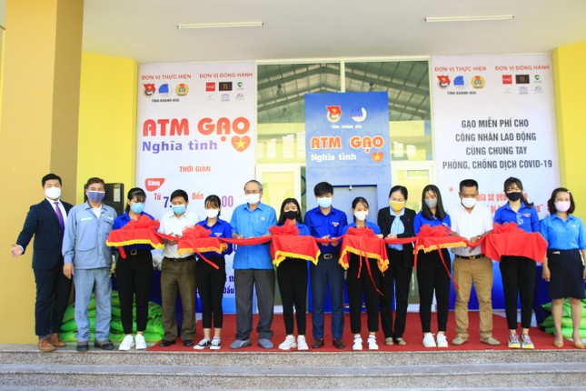 Tỉnh đoàn Khánh Hoà lắp ATM gạo nghĩa tình cho công nhân khu công nghiệp ảnh 1