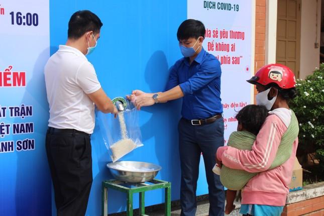 Tỉnh đoàn Khánh Hoà phối hợp với Tập đoàn Phúc Sơn tặng gạo cho người nghèo ảnh 3