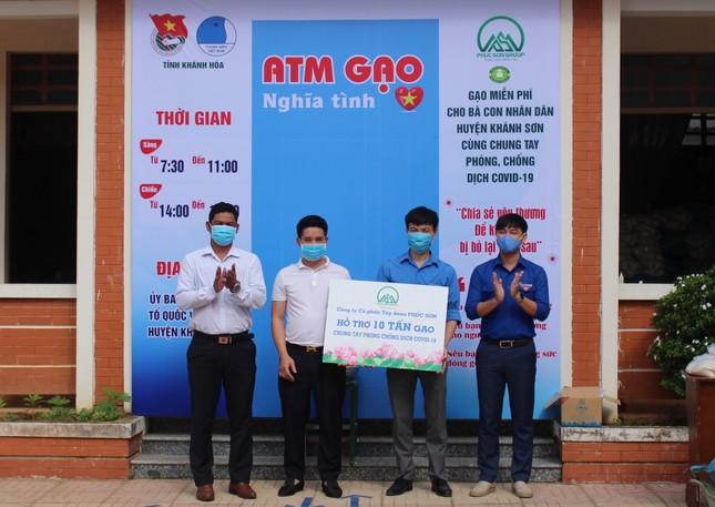 Tỉnh đoàn Khánh Hoà phối hợp với Tập đoàn Phúc Sơn tặng gạo cho người nghèo ảnh 2