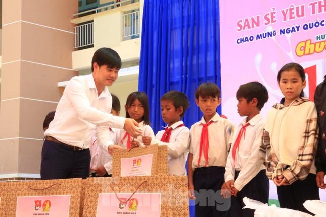 Báo Tiền Phong phối hợp trao tặng 10 máy lọc nước cho trường học vùng sâu Khánh Hoà ảnh 1