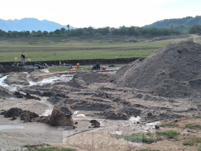 Bất chấp chỉ đạo, 'cát tặc' vẫn vô tư đào xới hồ thuỷ lợi ở Khánh Hoà ảnh 1