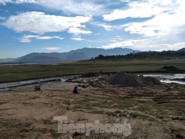 Bất chấp chỉ đạo, 'cát tặc' vẫn vô tư đào xới hồ thuỷ lợi ở Khánh Hoà ảnh 2