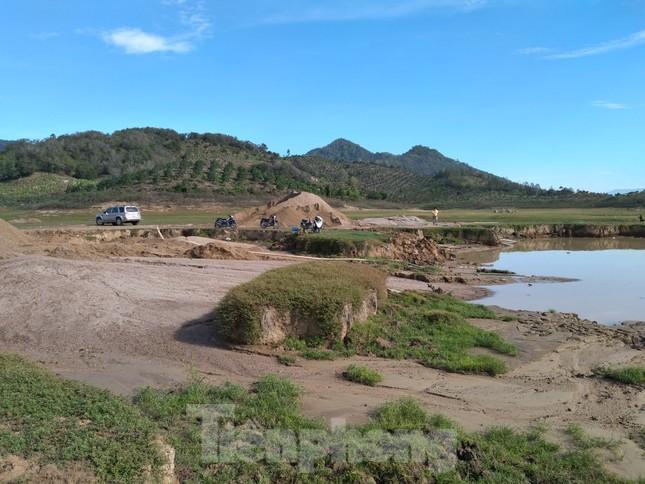 Bất chấp chỉ đạo, 'cát tặc' vẫn vô tư đào xới hồ thuỷ lợi ở Khánh Hoà ảnh 4