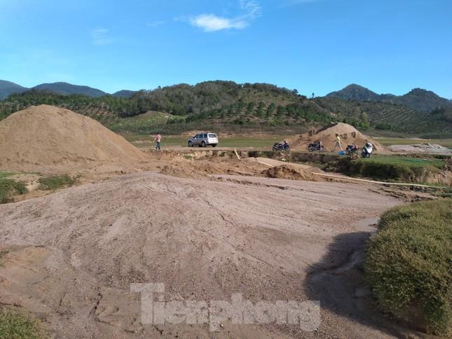 Bất chấp chỉ đạo, 'cát tặc' vẫn vô tư đào xới hồ thuỷ lợi ở Khánh Hoà ảnh 6
