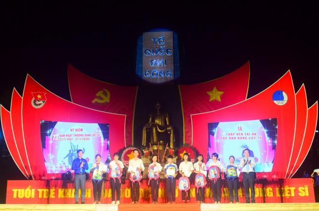 Hơn 1.000 đoàn viên, thanh niên Nha Trang thắp nến tri ân các anh hùng liệt sĩ ảnh 2
