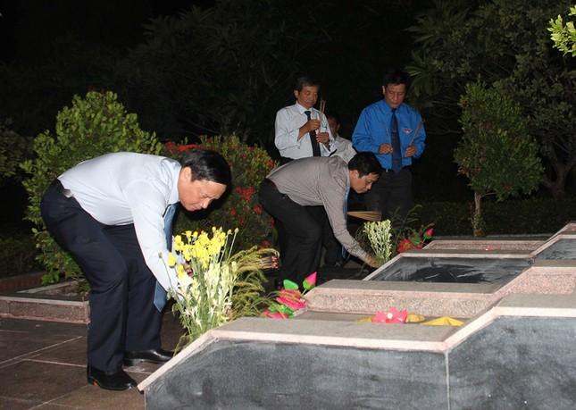 Hơn 1.000 đoàn viên, thanh niên Nha Trang thắp nến tri ân các anh hùng liệt sĩ ảnh 1