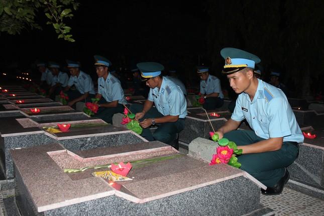 Hơn 1.000 đoàn viên, thanh niên Nha Trang thắp nến tri ân các anh hùng liệt sĩ ảnh 3