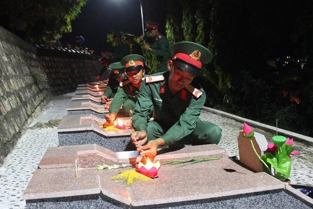 Hơn 1.000 đoàn viên, thanh niên Nha Trang thắp nến tri ân các anh hùng liệt sĩ ảnh 4